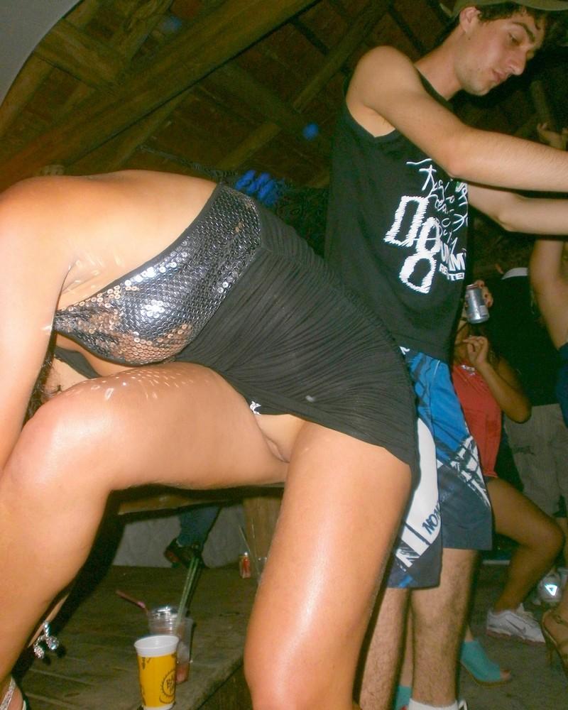 девушки без трусиках веселятся на дискотеке трахаются только