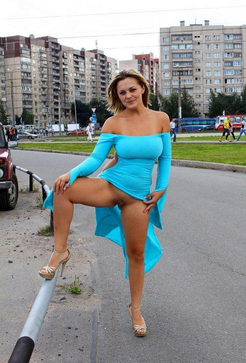 У сисястых под юбками