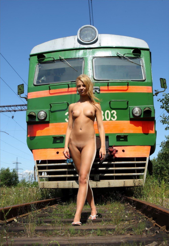 golie-devushki-vozle-poezda-zreloy-prieme