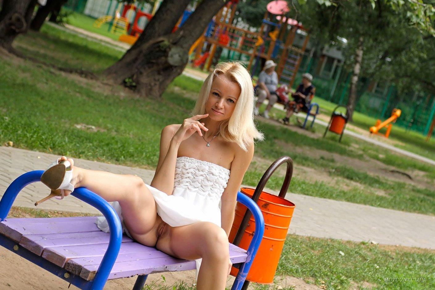 Девушка ходит по общественному месту без трусиков