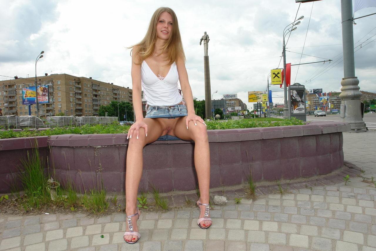 Фото девка сидит а парень стоит без трусов 7