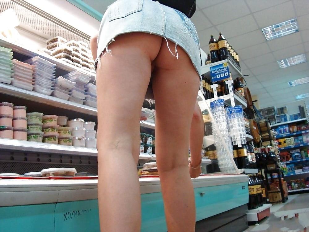 продавцы засветила под юбкой при своей