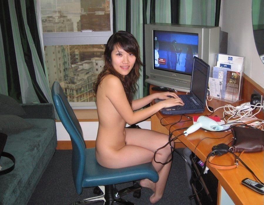 Голые девушка с черными волосами у компьютера киска