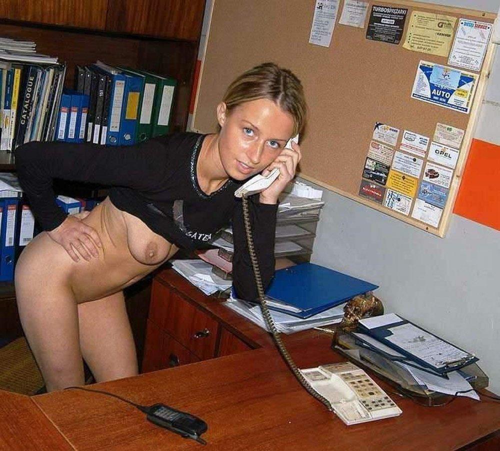 Голая девушка на работе фото