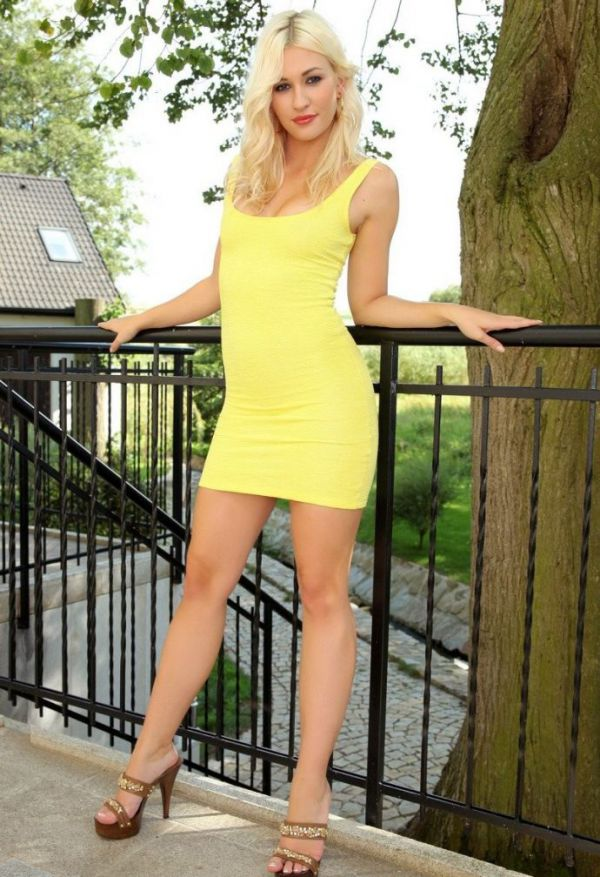 Порномодель в желтом платье леггинсах телесного