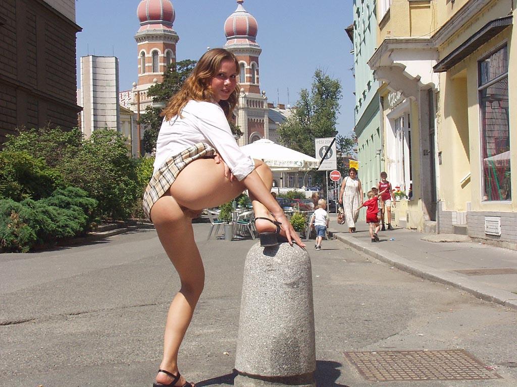 Порно ролик девчонки без нижнего белья на улице