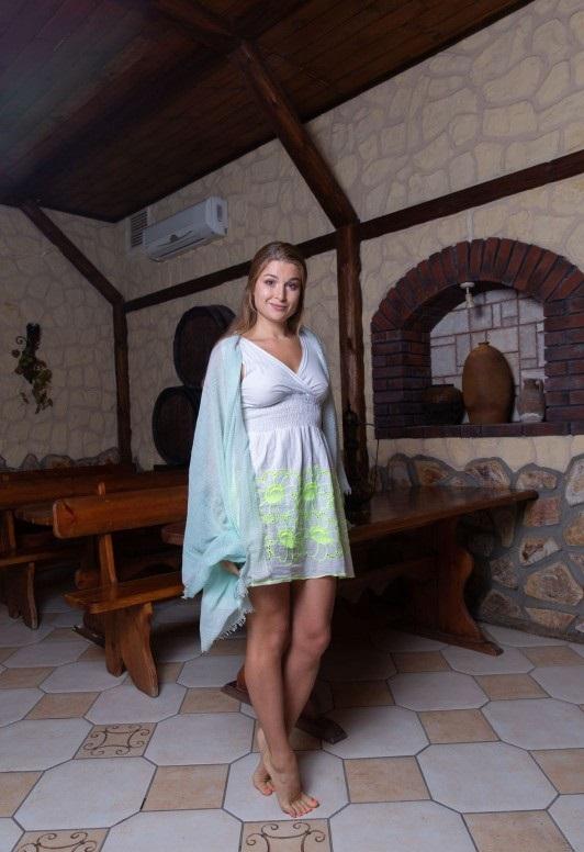 Девушка в кружевном белье на диване фетишисты женского белья