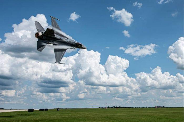 Маневр истребителя F-16 Viper ВВС США на предельно малой высоте С миру по нитке