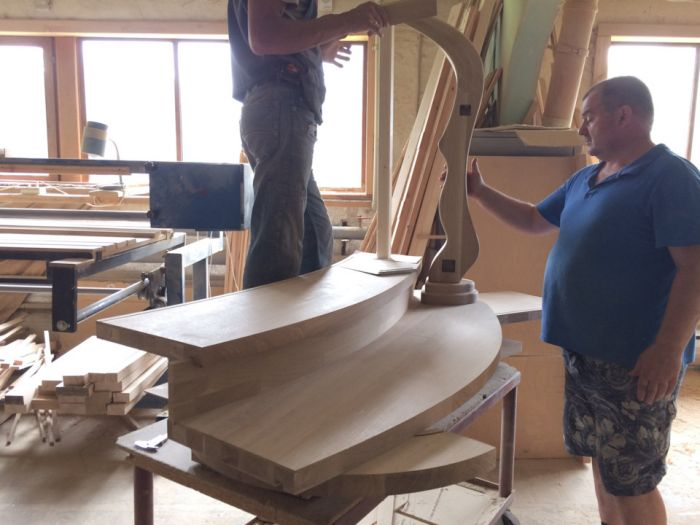 Лестница из массива дуба с изогнутыми перилами Как это сделано