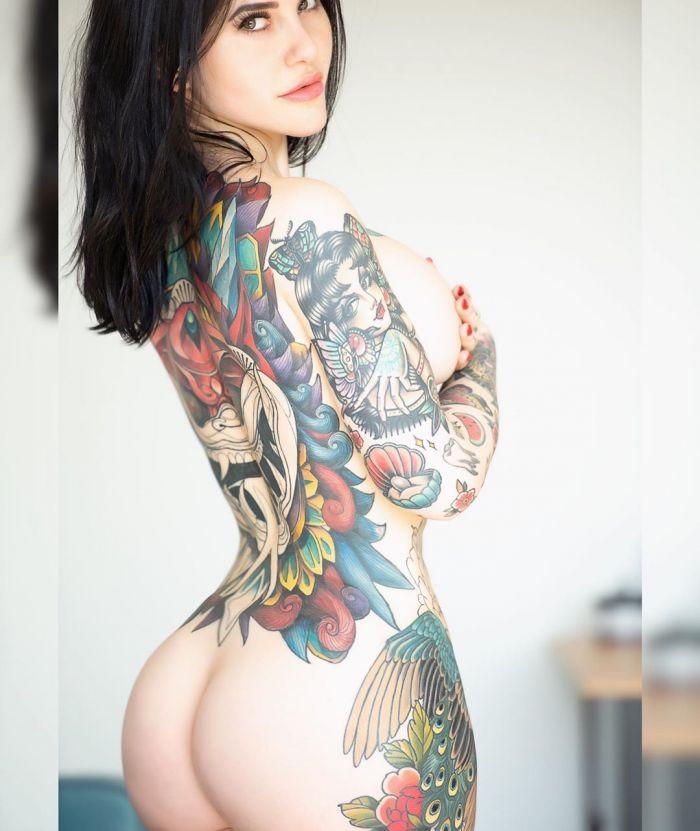 Модель постоянно сравнивали с Меган Фокс и она покрыла 70% своего тела татуировками Много девушек (+18)
