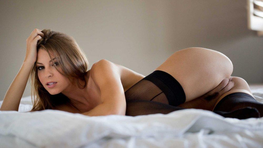 Women Blonde Brunette Ass In Bed White Lingerie Erotic Beauties 1