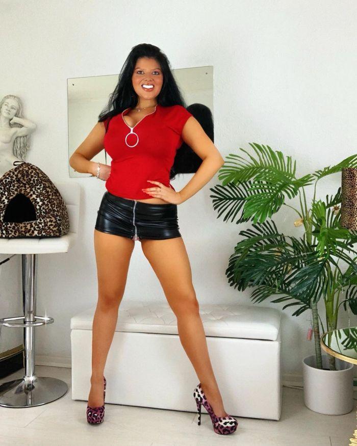 Британка превратила себя в живую Барби с десятым размером груди и разбогатела Много девушек (+18)