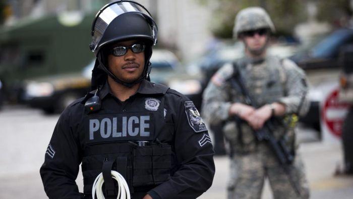 В США полиция разогнала сектантов, собравшихся на пляже вокруг гигантской вагины С миру по нитке