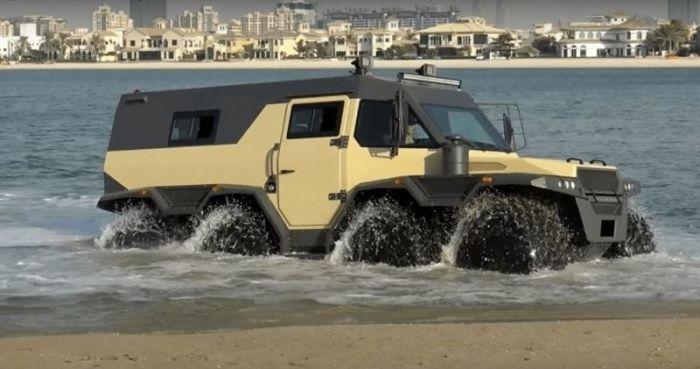 Блондинка протестировала российский вездеход «Шаман» на пляже в Дубаи Авто/Мото
