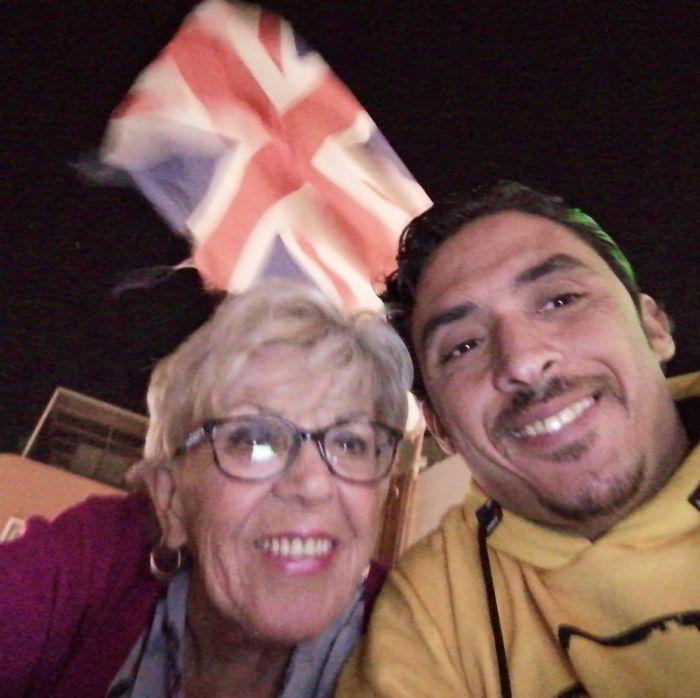 80-летняя британка вышла замуж за 35-летнего араба и приняла ислам С миру по нитке