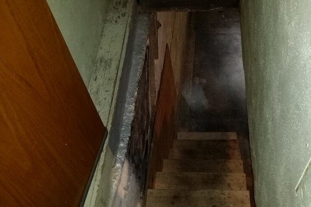Хозяева обнаружили скрытый проход под лестницей, который ведет в странное подземелье С миру по нитке