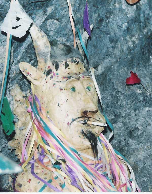 Эль Тио — пьющий дьявол, которому поклоняются шахтеры Серро-Рико С миру по нитке