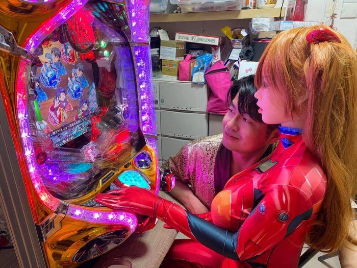 """Китаец, обрученный с секс-куклой, говорит, что с ней """"легче встречаться, чем с настоящими женщинами"""" С миру по нитке"""