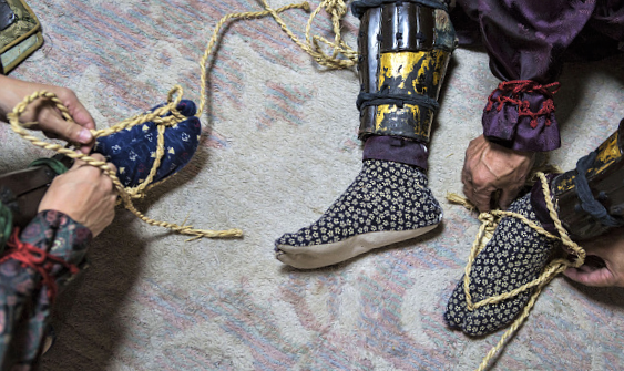 Самураи носили сандалии всегда, даже на войне... А почему С миру по нитке
