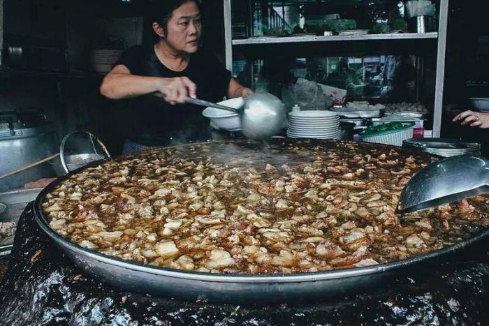 1619870426 govjazhego vechnogo supa kotoryj bez pereryva varitsja v bangkoke 45 let 6