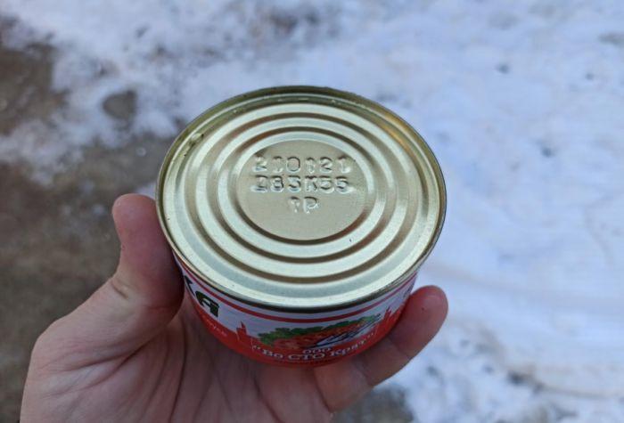 Как открыть консервную банку без открывашки и ножа Как это сделано