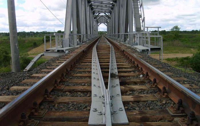 1620535623 na zhd mostah stavjat dva strannyh relsa 1