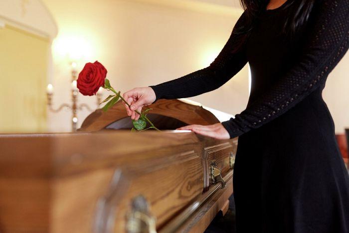 Девушка организовала фальшивые похороны жениху, чтобы обмануть его любовницу С миру по нитке