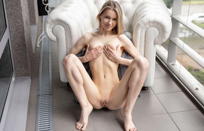 Голая девушка с красивой грудью Много девушек (+18)